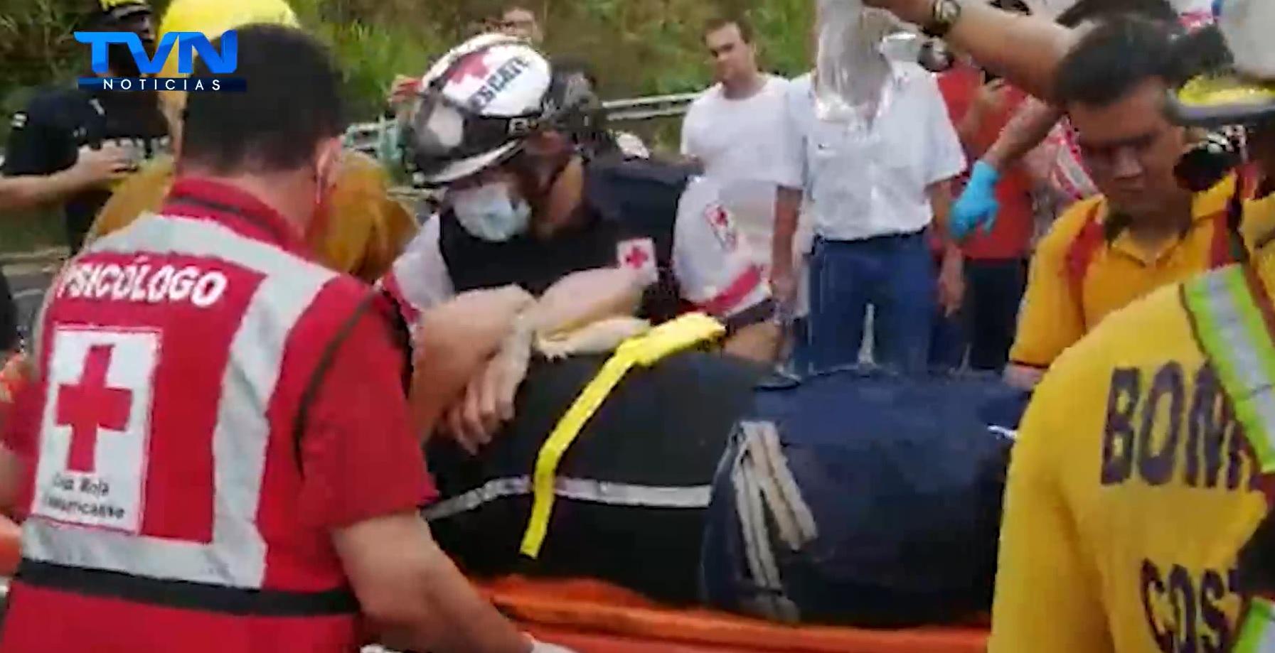 Luego de 3 horas de trabajo, el cuerpo de bomberos y Cruz Roja lograron liberar a pasajero de tráiler volcado