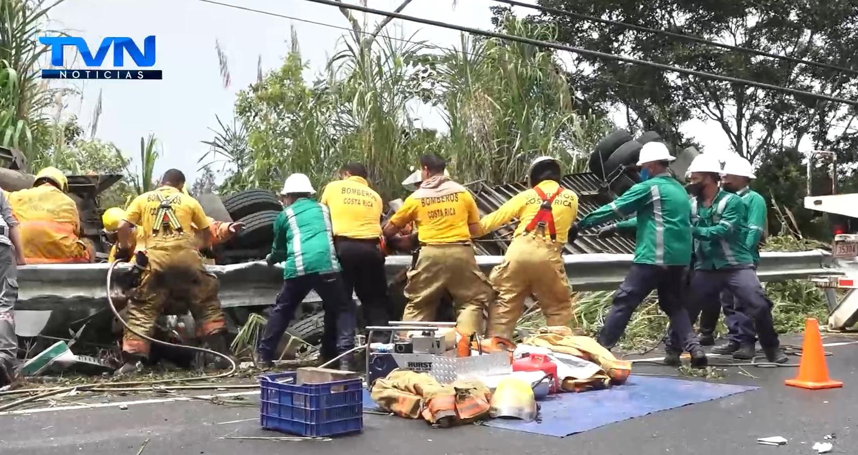 Los gestos de solidaridad y de cooperación abundaron en el rescate del acompañante del tráiler volcado en la Punta Norte