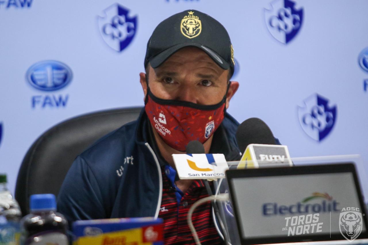 Gustavo Martínez fuera de los Toros del Norte.